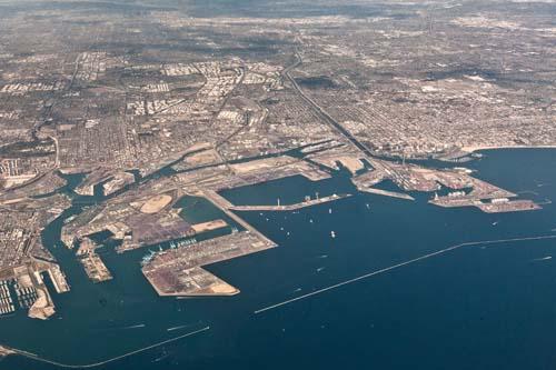 Puertos de la Costa Oeste de EE.UU. enfrentan ahora escasez de contenedores y de mano de obra