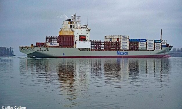 Una mujer es evacuada del barco de Matson frente a Washington