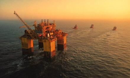 La empresa china CNOOC entrega una plataforma de 53.000 toneladas en un campo de aguas profundas