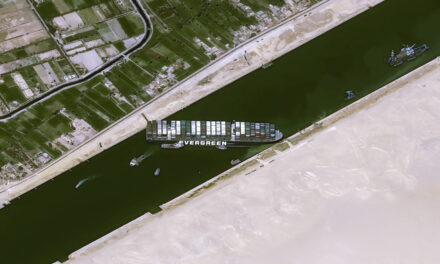 El Canal de Suez redobla sus esfuerzos para reflotar el barco encallado