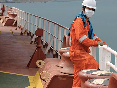 Los marinos no vacunados ponen al transporte marítimo en un «campo de minas legal», señala la ICS