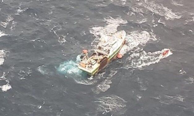 Esfuerzo internacional para rescatar a 31 personas de un barco pesquero que se encuentra hundido en las costas de Nueva Escocia