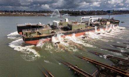 Lanzamiento de la barcaza  petrólera de 55.000 barriles con destino a Alaska de Crowley en Greenbrier