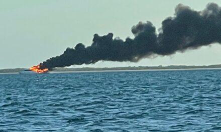 FOTOS DISPONIBLES: Los guardacostas supervisan la limpieza del derrame de gasóleo cerca de las Marquesas tras el incendio de una embarcación