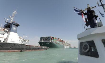 Las autoridades del Canal de Suez liberan a dos miembros de la tripulación por motivos «personales urgentes