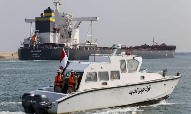 El tráfico en el Canal de Suez se interrumpe brevemente al perder energía un petrolero
