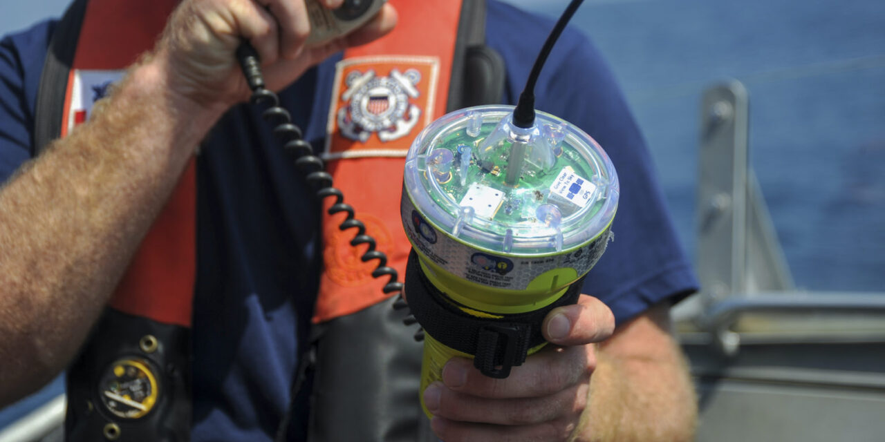 Los guardacostas promueven la seguridad de las embarcaciones de pesca comercial y el uso de las «EPIRBs»
