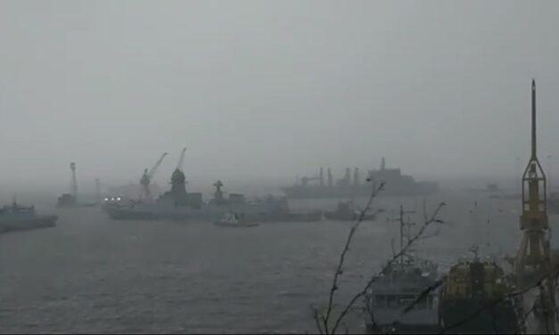 Decenas de desaparecidos en una barcaza tras el paso del ciclón por la costa india