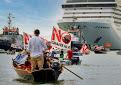 Los manifestantes de «No a los grandes buques» intentan bloquear la salida de un crucero