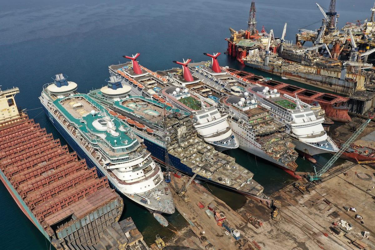 Informe: Dos muertos al desmantelar un buque de crucero de Carnival en Turquía
