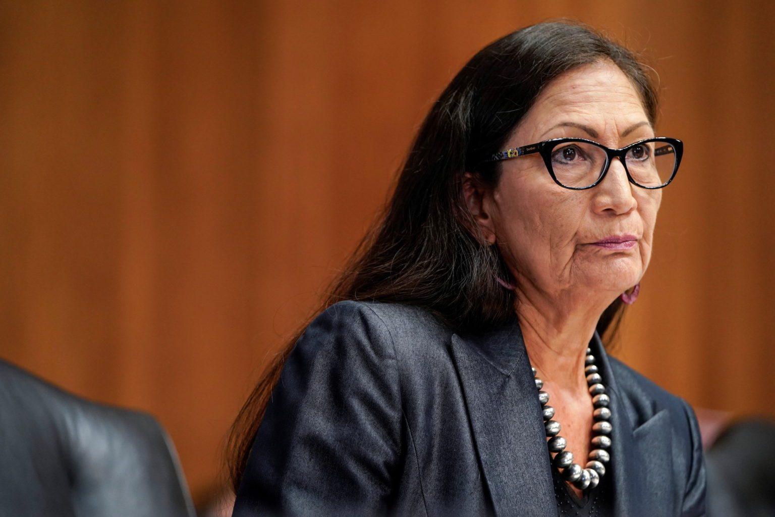 Acusan al secretario de Interior de desafiar la sentencia para reanudar el arrendamiento de petróleo y gas