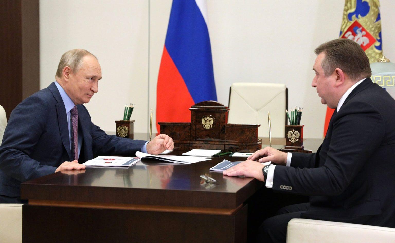 Putin revisa los nuevos planes de transporte marítimo de corta distancia para evitar el Canal de Suez