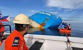 Fotos: Tripulantes intentan rescatar lo que queda en el buque hundido