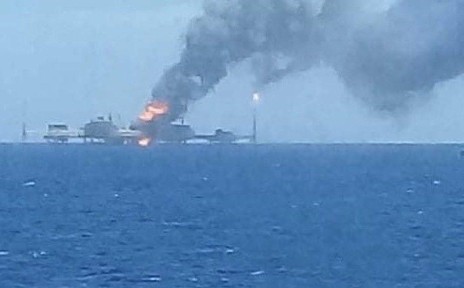 El incendio de una plataforma de PEMEX afecta a la producción de petróleo de México