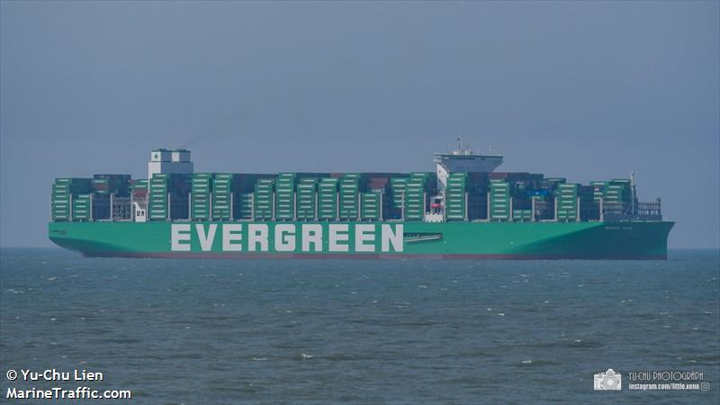 EVER ACE, el mayor portacontenedores del mundo, transita por el Canal de Suez