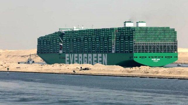 Fotos: El mayor buque portacontenedores del mundo transita por el Canal de Suez