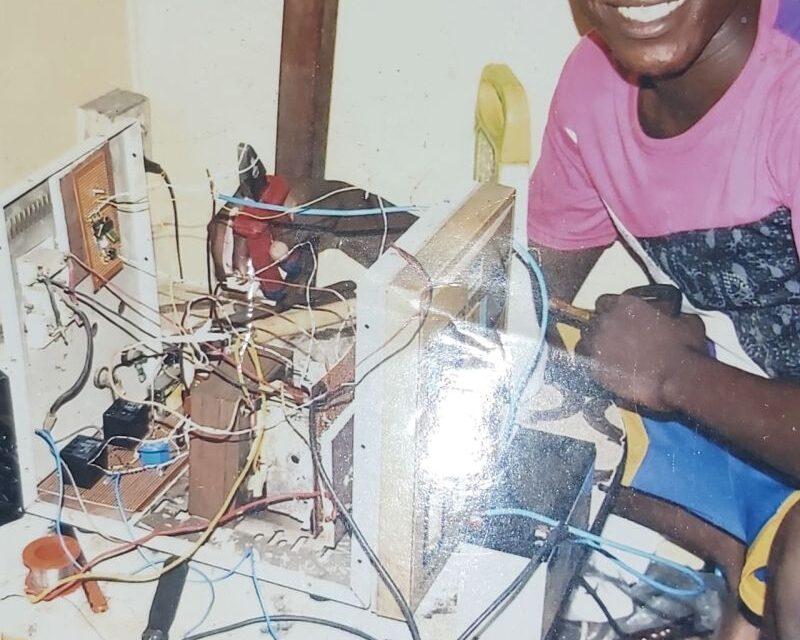 Un hombre sin formación formal repara un buque y recibe ayuda para convertirse en oficial electrotécnico