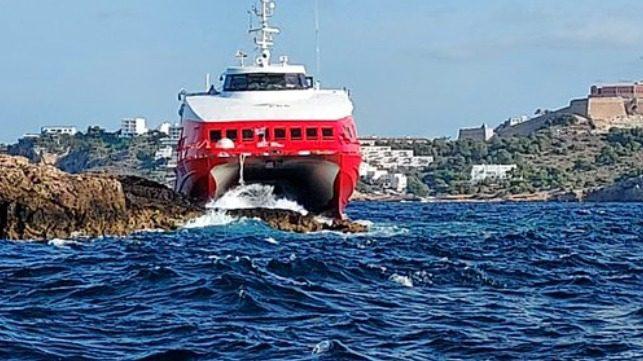 15 pasajeros heridos al encallar un ferry de alta velocidad en las Costas de  Ibiza