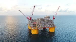 Los operadores de petróleo y gas evacuan a los trabajadores mientras la tormenta se acerca al Golfo de México