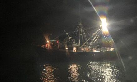 Los guardacostas evacuan a una víctima de un ataque de tiburón desde un barco pesquero