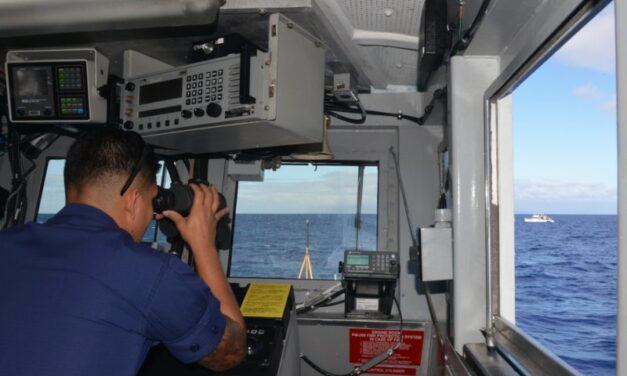 Los guardacostas de EE.UU. reprimen a las embarcaciones hawaianas que acosan a la fauna salvaje