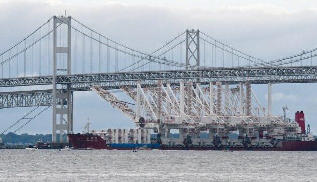 Vídeo: Grúas gigantescas maniobrando bajo los puentes de Baltimore