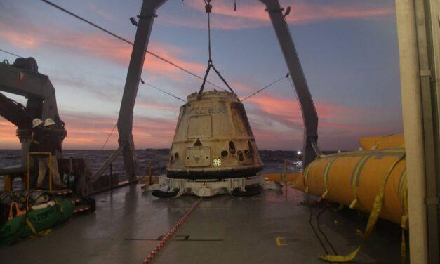 La tripulación de SpaceX se sumerge en el Atlántico