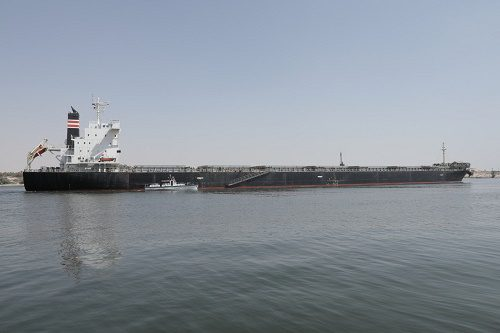 Un gran buque encalla en el Canal de Suez, pero el tráfico no se interrumpe