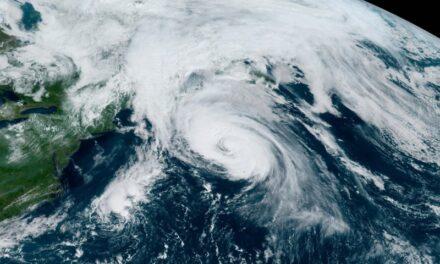 El huracán Larry sigue produciendo marejadas de 47 pies y creciendo