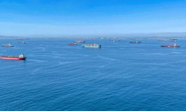 Una congresista propone prohibir el fondeo de embarcaciones en el sur de California, donde se encuentran los puertos más activos del país