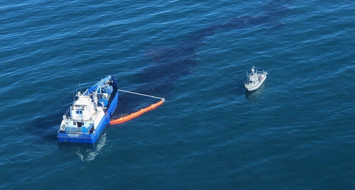 Continúan los abordajes de buques mientras la USCG está «convencida de que un ancla es la culpable del derrame de petróleo en California