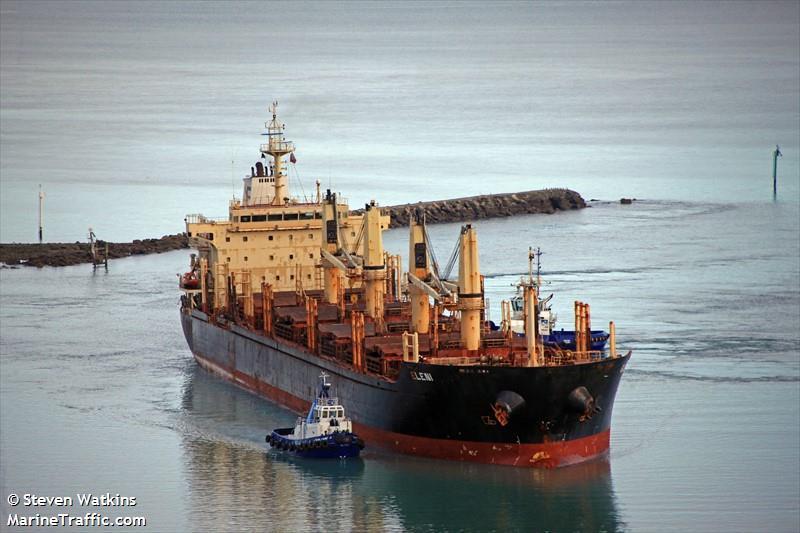 Las empresas navieras griegas y el jefe de máquinas son acusados de ocultar la contaminación deliberada en EL granelero