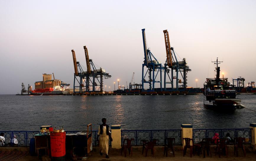 El bloqueo de tres semanas en Puerto Sudán provoca escasez de trigo y fuel oil